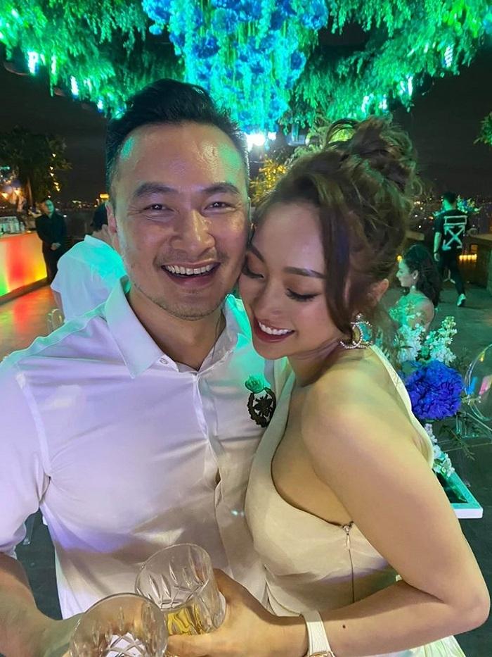 Chi Bảo hôn bạn gái kém 16 tuổi trong tiệc sinh nhật