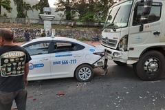 Xe tải và 2 xế hộp tông nhau 'dồn toa' trên quốc lộ 1D ở Bình Định