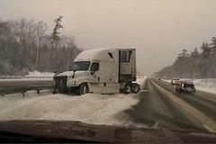 Đường trơn, container mất lái đâm dải phân cách