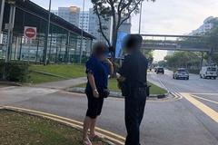 Tài xế Singapore báo cảnh sát vì vợ ngả đầu lên vai chồng trên xe