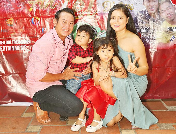 Em trai Quyền Linh khoe vợ đẹp, con khôn mừng năm mới