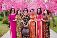 'Hội bạn thân U60' tuyệt đẹp gây sốt trong Lễ hội hoa xuân Vinhomes