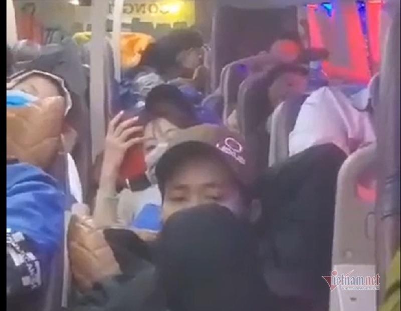 Clip xe khách nhồi nhét gần trăm người về quê ăn tết