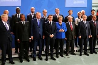 """Khoảnh khắc các nguyên thủ """"để lạc"""" mất Putin trong buổi chụp ảnh chung"""