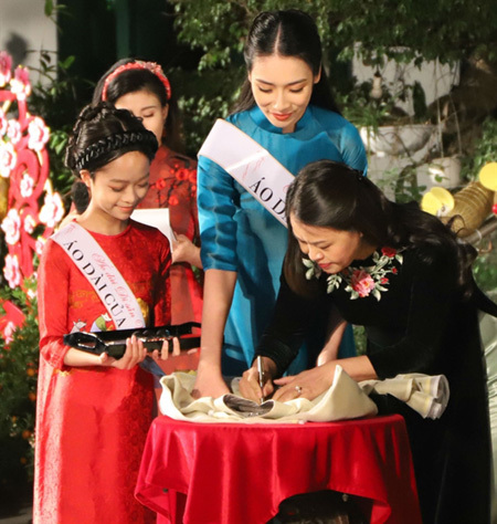 Vietnamese Women's Museum,exhibition,traditional ao dai,cultural heritage,Dong Ho folk paintings