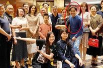 Đại gia đình Trấn Thành tụ họp ăn tiệc tất niên nhưng vẻ xanh xao của nam MC sau thời gian kiệt sức mới gây chú ý