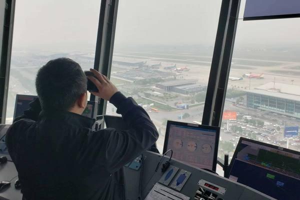 Cứu hành khách khó thở, kiểm soát viên không lưu phân luồng máy bay