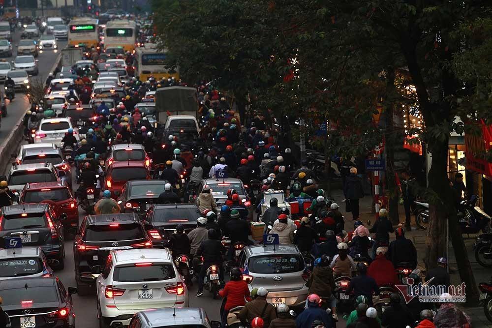 Hà Nội tắc khắp ngả, nghìn phương tiện 'chôn chân' giữa mưa phùn chiều 26 Tết