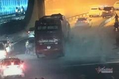 Ô tô chở khách về quê ăn Tết bốc khói nghi ngút trong hầm Thủ Thiêm