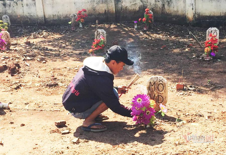 Ngày cuối năm ở nghĩa trang có 85 tấm bia mộ vô danh