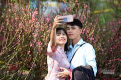Giới trẻ khoe sắc bên chợ hoa Tết Sài Gòn