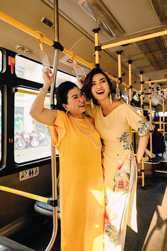 Kim Tuyến cùng mẹ dạo phố, sắm sửa đón Tết