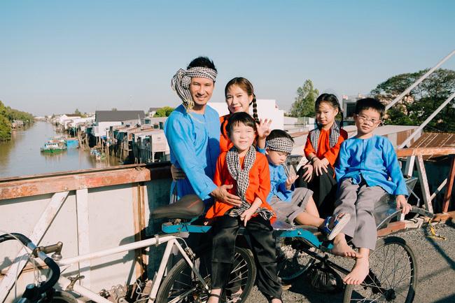 Lý Hải đưa vợ và 4 con về miền Tây du Xuân