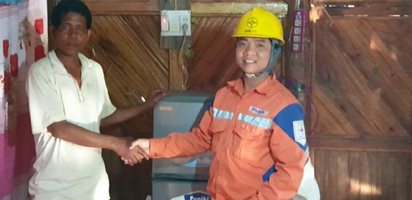 Người dân Nậm Chua, Điện Biên đón điện trước Tết Canh Tý 2020
