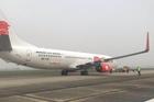 Máy bay Boeing chở 91 người nổ lốp ở sân bay Nội Bài