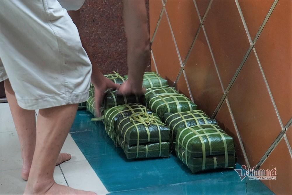 Rất riêng Sài Gòn, mắc võng, bật quạt canh nồi bánh chưng trên hè