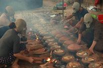 Người làng Vũ Đại đeo mặt nạ, xuyên đêm nấu cá kho bạc triệu phục vụ Tết cổ truyền