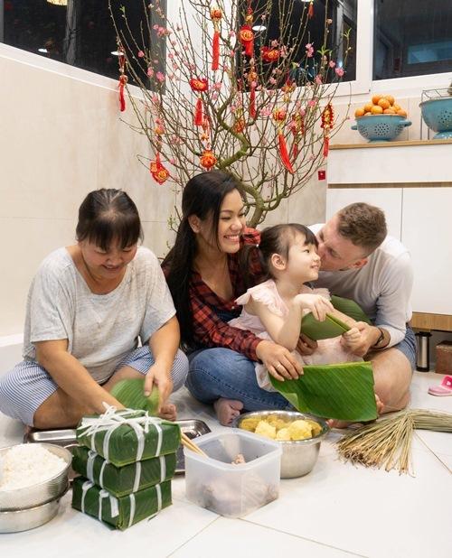 Sao Việt rộn ràng gói bánh chưng, trang hoàng nhà cửa đón Tết