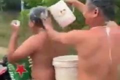 Vừa chạy xe máy vừa tắm, thanh niên ở Bình Dương bị phạt gần 2 triệu