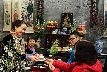 Photographer takes pictures of Tet moments