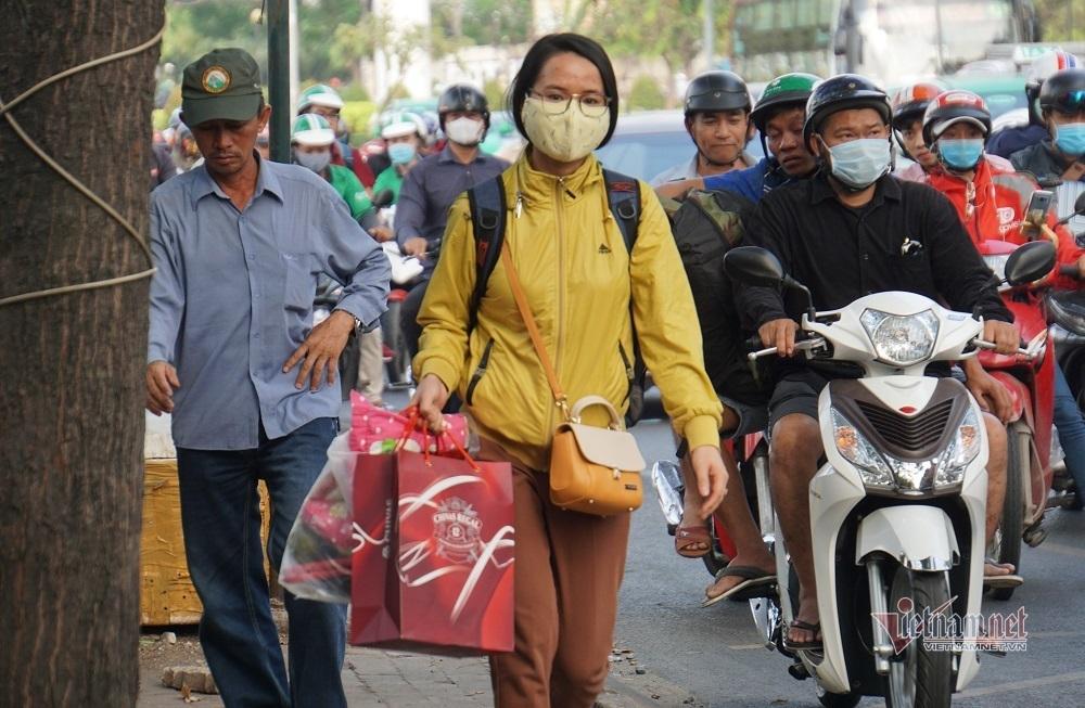 Kéo va ly hớt hải chạy bộ vào bến xe rời Sài Gòn ngày 28 Tết
