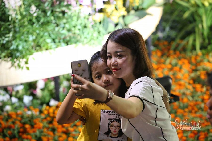 Người Sài Gòn đổ về chật cứng đường hoa Nguyễn Huệ du xuân sớm