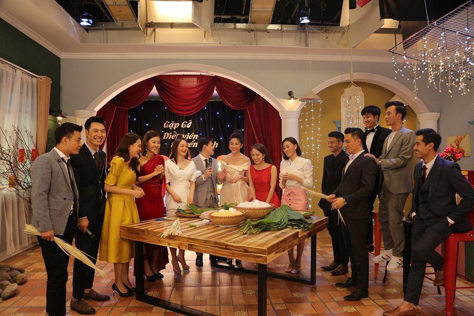 Việt Anh bắc ghế đứng xem Quỳnh Nga, Hồng Diễm gói bánh chưng