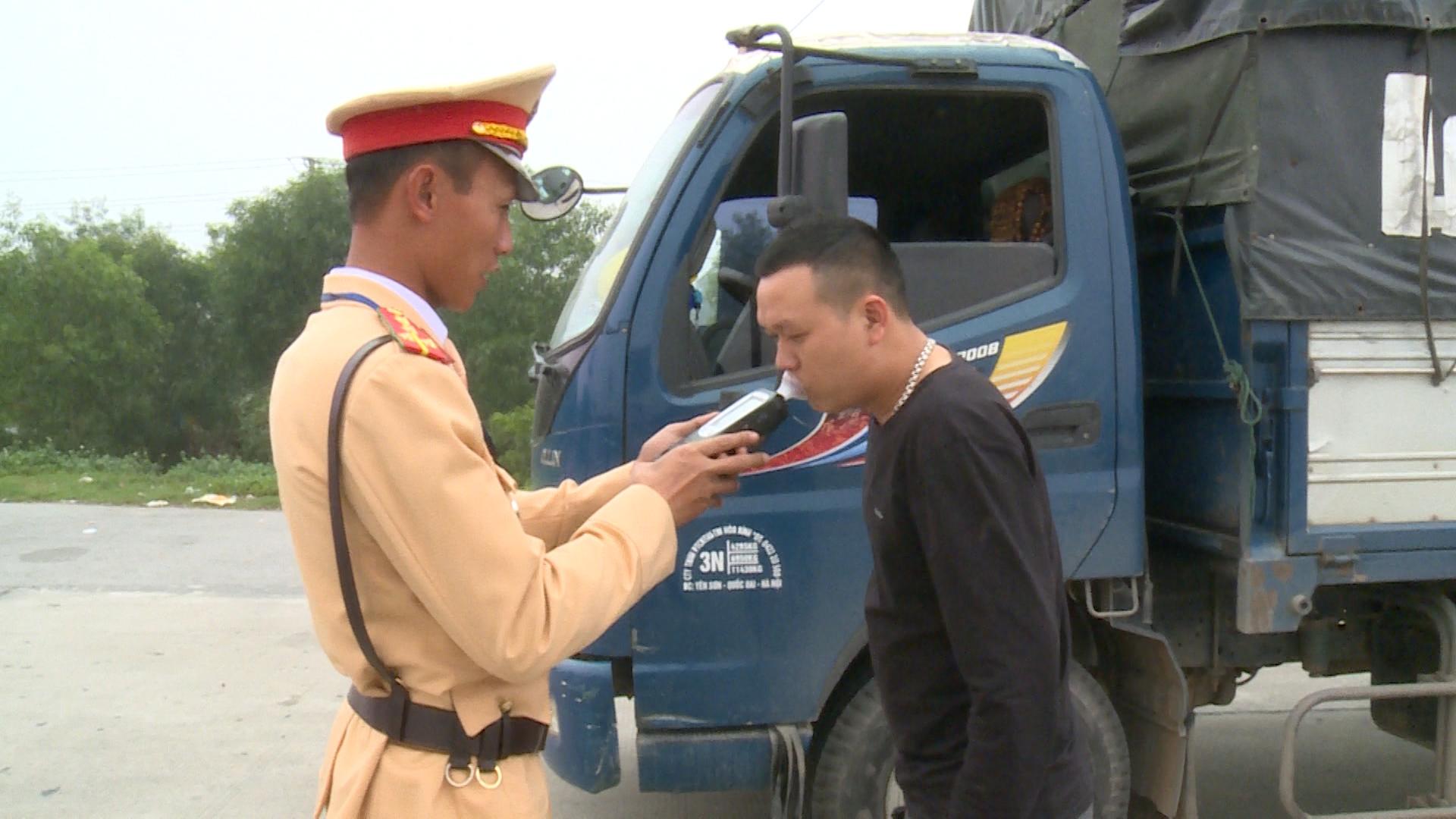 Nữ CSGT 16 giao thừa túc trực đảm bảo an toàn cho người dân đón Tết