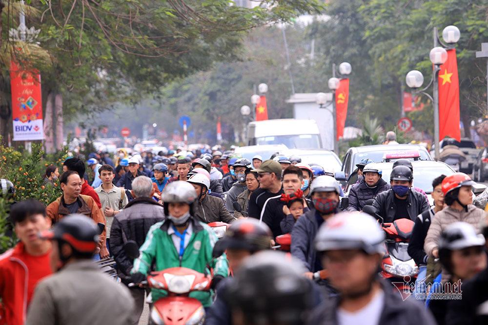 Hà Nội 29 Tết: Rộn ràng mặc cả, ngàn khách chôn chân giữa đường