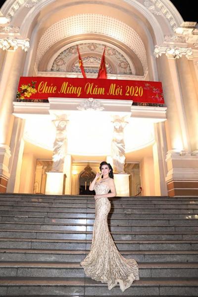 Đệ nhất Hoa hậu quí bà Thế giới Kim Hồng và bộ ảnh 'Nắng Xuân'
