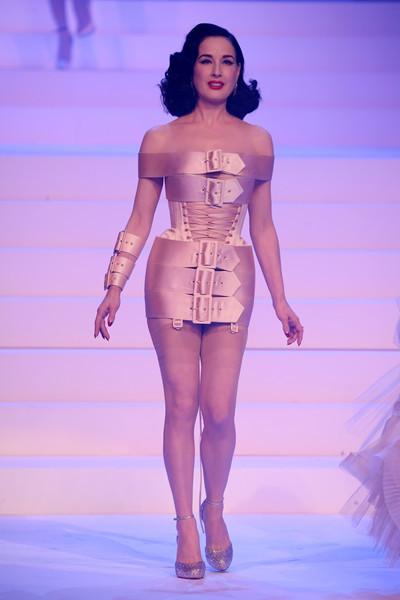 Vũ nữ thoát y U50 khoe thân hình tạc tượng như gái đôi mươi