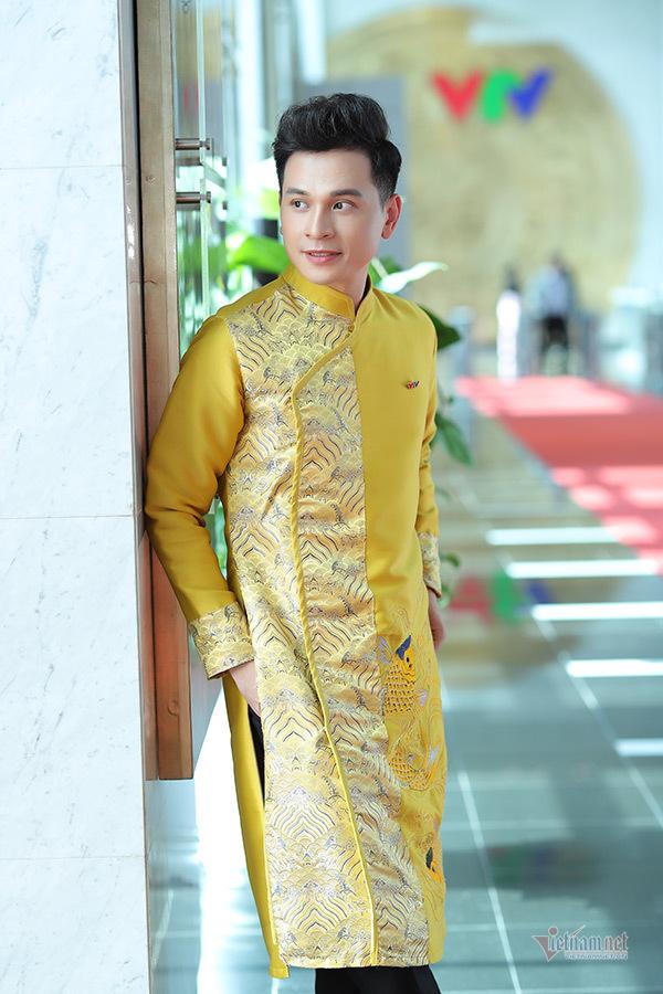 MC Mỹ Lan - Danh Tùng mặc áo dài đôi đón Tết
