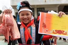 Trao thưởng học sinh giỏi bằng… thịt lợn