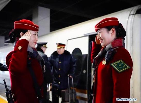 Cảm động phút đoàn tụ gia đình tại ga tàu dịp Tết