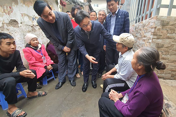 Phó Thủ tướng đến xóm chạy thận tặng quà cho bệnh nhân