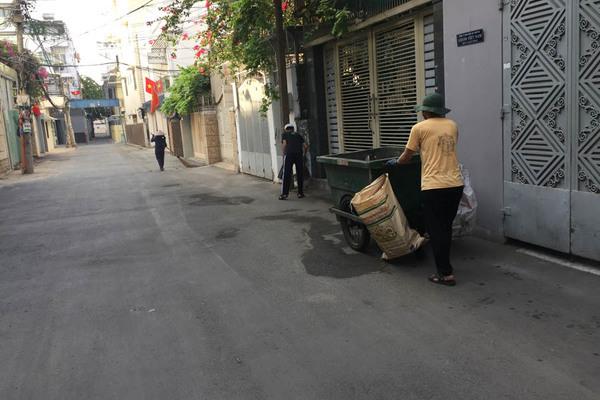 Chị lao công đưa theo 2 con trai dọn rác ngày cuối năm