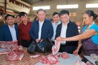 Phó Thủ tướng Vương Đình Huệ đi chợ tết, trả tiền mua thực phẩm