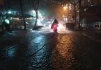 Sắp đón giao thừa, Hà Nội mưa ngập sầm sập, hồ Gươm vắng lặng