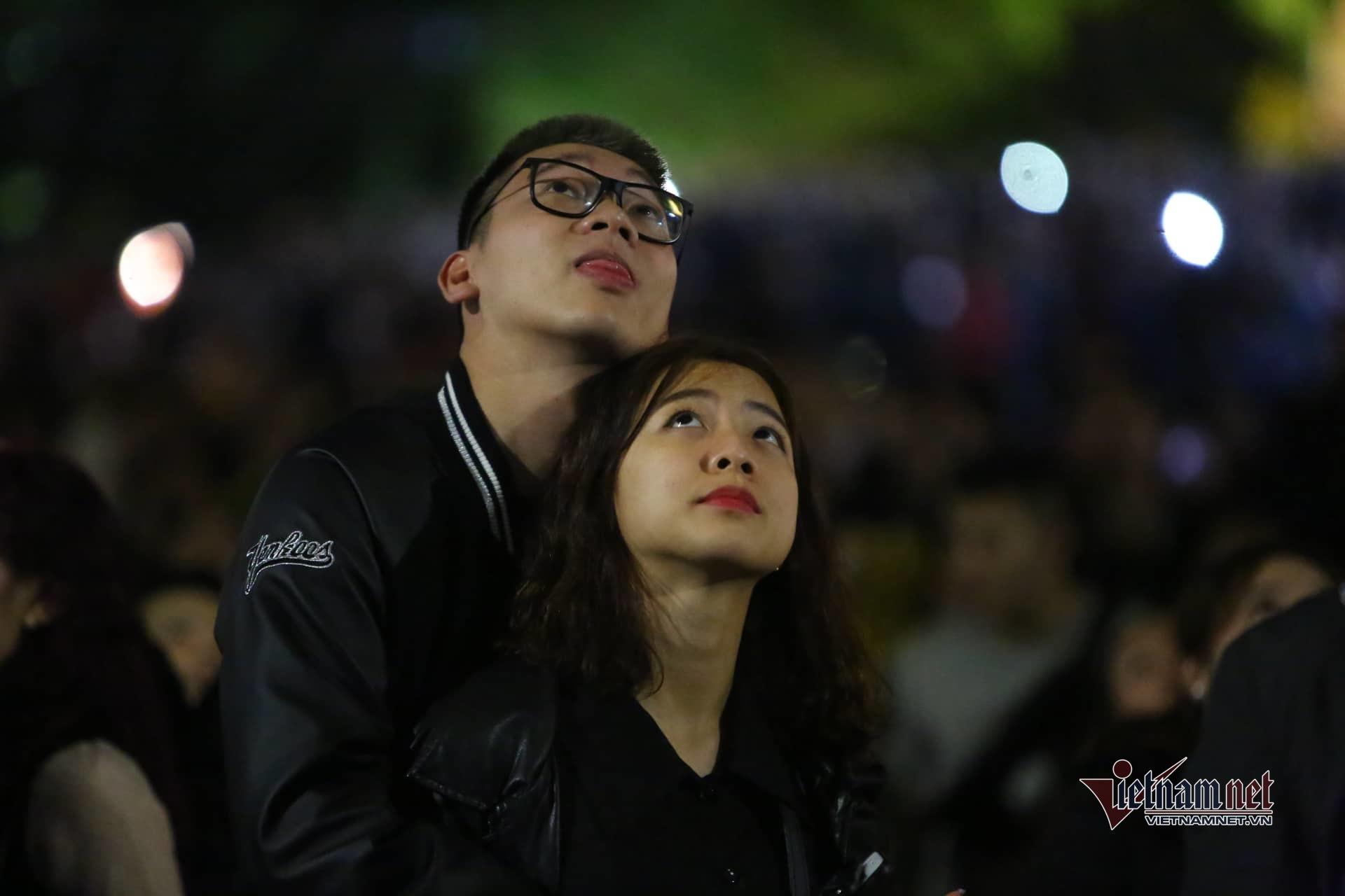 Nụ hôn nồng cháy dưới màn pháo hoa giao thừa kỳ lạ ở Hà Nội