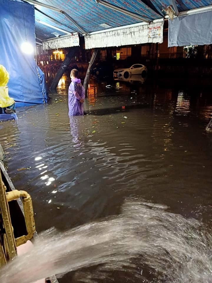 Hà Nội mưa ngập sầm sập, hồ Gươm vắng lặng trước giao thừa