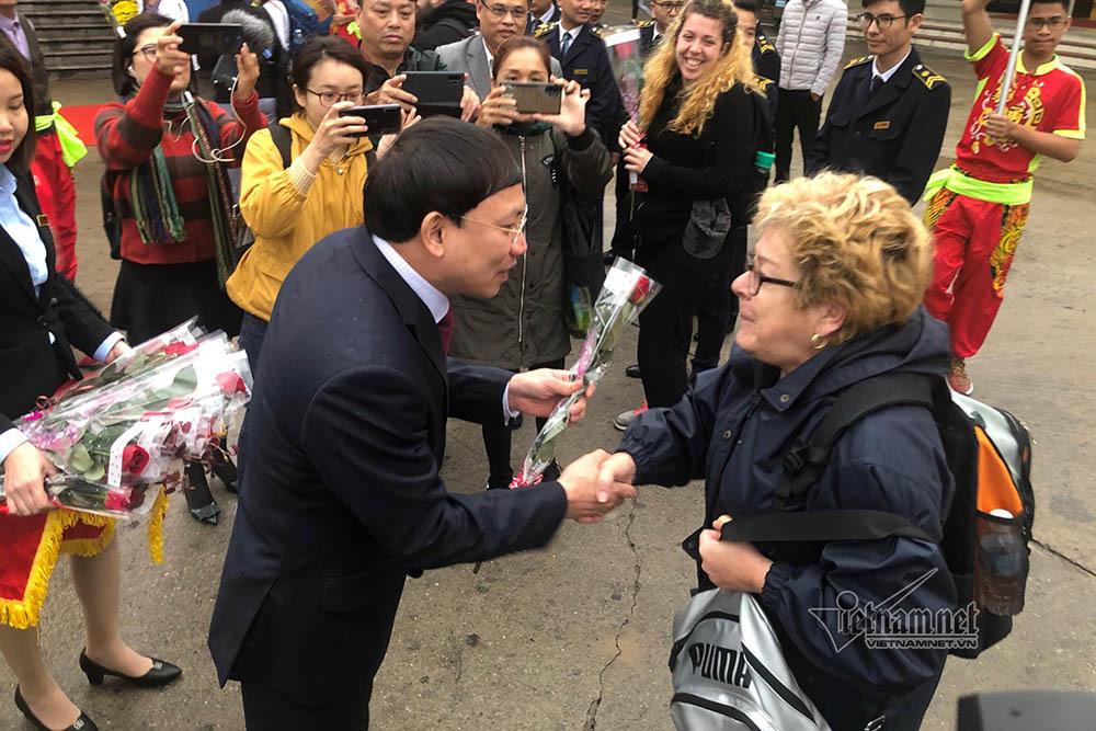 Khách nước ngoài xông đất vịnh Hạ Long, bất ngờ món quà của Bí thư tỉnh