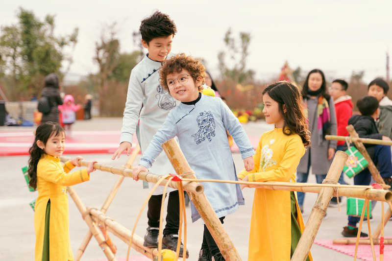 Tết lộng lẫy qua tà áo dài trong Lễ hội hoa đào lớn nhất Việt Nam