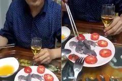 Rùng mình xem thực khách ăn chuột bao tử sống nguyên con