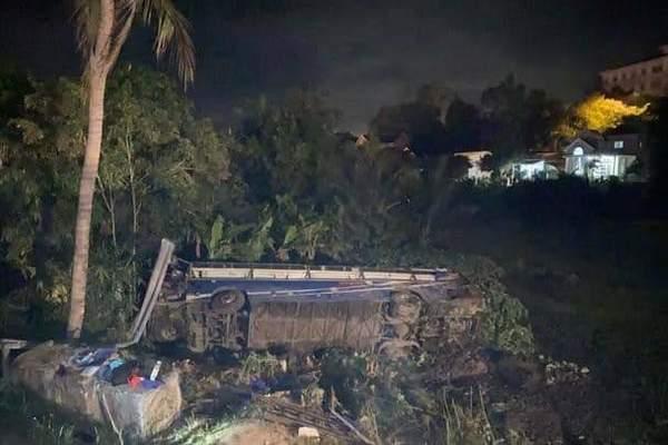 Xe khách bị lật tối mùng 1 Tết, 26 người bị thương