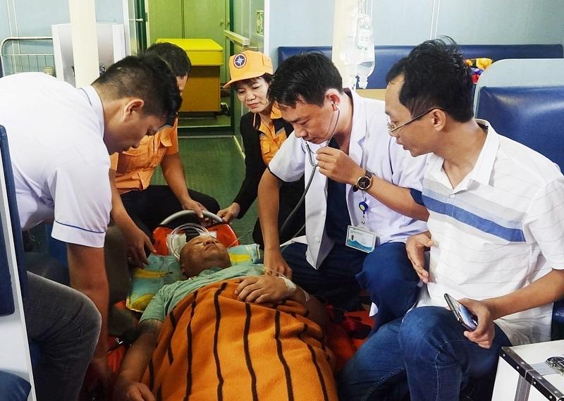 13 giờ vượt sóng lớn cứu thuyền viên Thái Lan gặp nạn ngày mùng 1 Tết