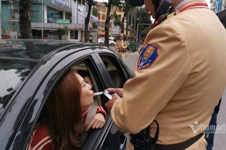 Nữ tài xế nhờ CSGT lau son trên ống sau khi thổi nồng độ cồn