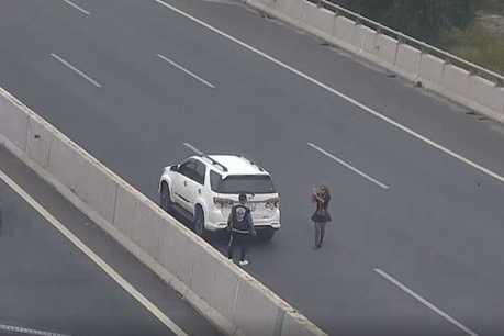 Đỗ ô tô chụp ảnh trên cao tốc Hà Nội-Hải Phòng, cô gái nhận phạt 7 triệu