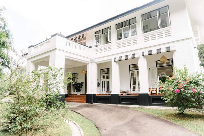 Vợ chồng siêu mẫu Bằng Lăng đang ở biệt thự cổ 5.600 m2