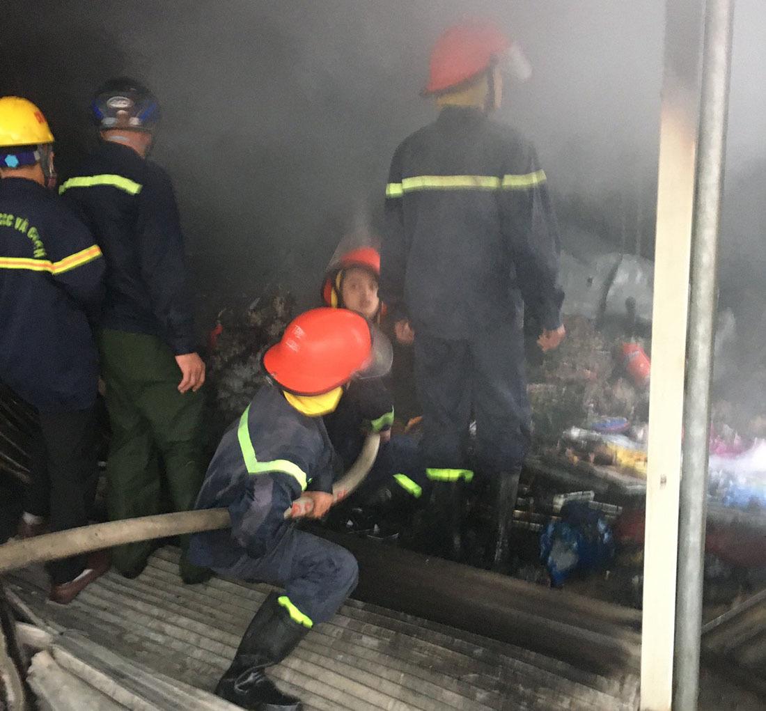 2 cửa hàng cháy lớn ở Nghệ An chiều mùng 4 Tết