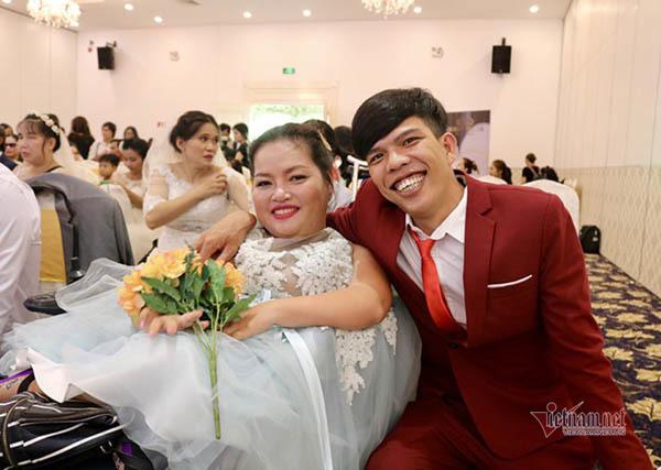 Tình yêu của anh chồng Long An có người ngồi xe lăn, hơn 5 tuổi